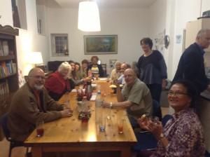 Op deze foto is een deel van de groep te zien tijdens het nuttigen van een hapje en een drankje.